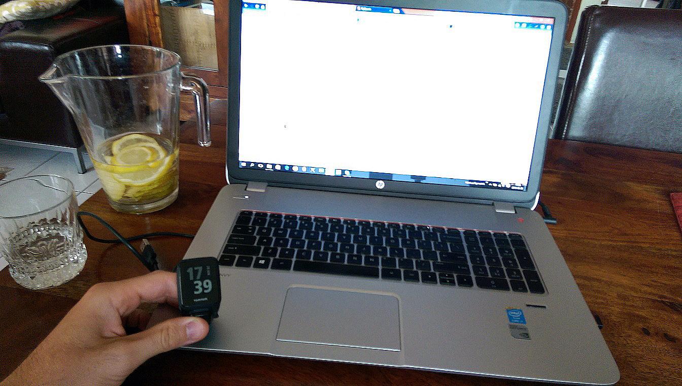 Ładowanie może odbywać się przez podłączenie do komputera lub ładowarki sieciowej (ale tylko jeśli masz swoją własną USB). Niestety nie ma innej możliwości ładowania sprzętu niż za pomocą dedykowanej ładowarki. Dla mnie to wada, bo zawsze i wszędzie trzeba ją ze sobą wozić. Ale u innych producentów jest identycznie.